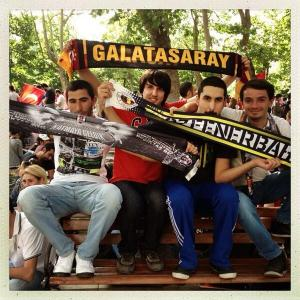 A rivális focicsapatok drukkerei (Forrás: Hürriyet)
